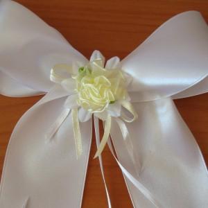 Белый бант с цветком 26