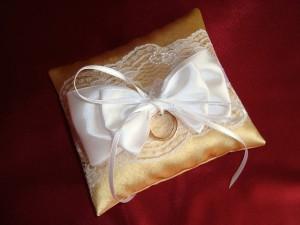 Золотая подушечка для колец