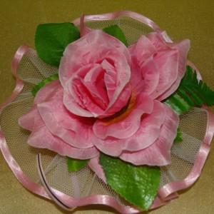 Розовая роза на ручки машины