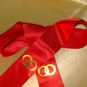 Красная лента с кольцами