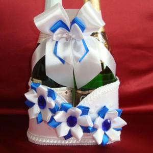 Синее украшение на свадебное шампанское с цветами 73