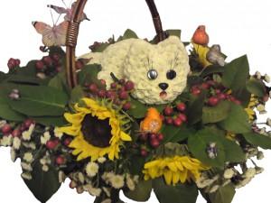котенок в корзинке из цветов