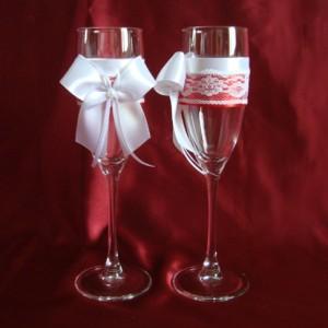 Красные кружевные бокалы на свадьбу 25