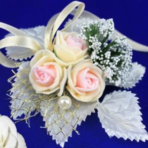 бутоньерка букетик роз персиковая 17