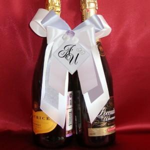Украшение на шампанское с инициалами сирень 60