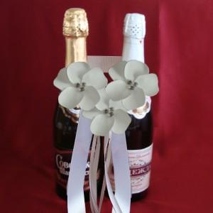 Украшение на свадебное шампанское цветы белые 64