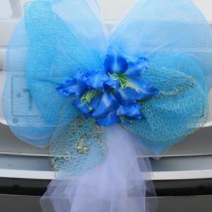 Голубой бант с лилиями на багажник машины 5