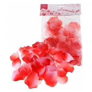 Розово-красные лепестки роз