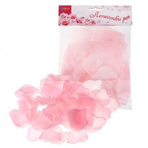 Розовые лепестки роз светлые