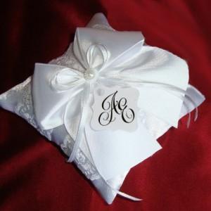 Белая подушечка для колец с инициалами