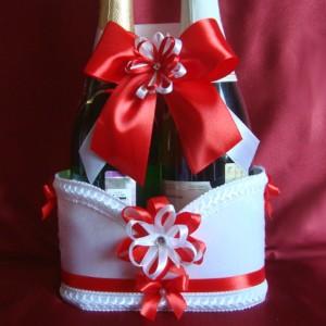 красное украшение на шампанское