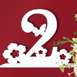 Номер стола на свадьбу с цветами и бабочкой